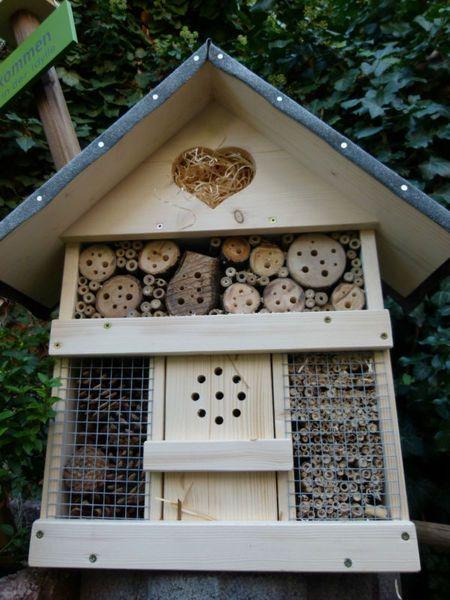 handgefertigtes und dekoratives     Insektenhotel    für viele verschiedene Insektenarten (Marienkäfer, Ohrwürmer, Wildbienen, Florfliegen usw.)    ...