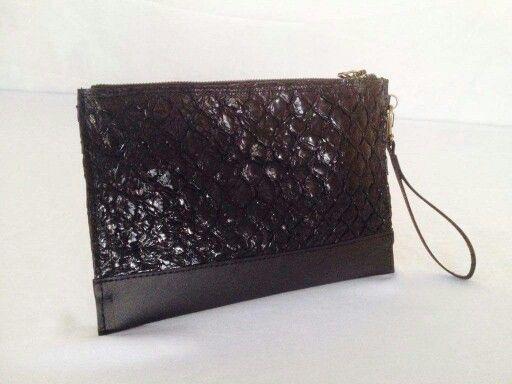 Clutch desenvolvida a partir de couro de Pirarucu+couro sintético.