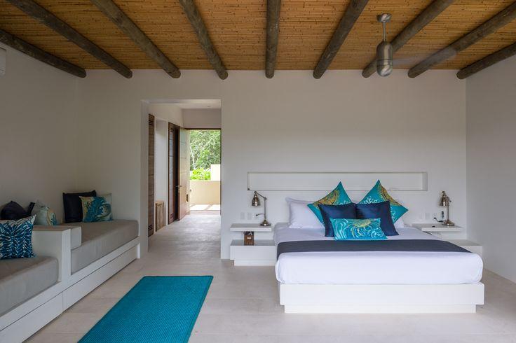 Sencilla en su diseño, la alcoba principal se enriquece con la presencia de la vegetación y la prolongación de su espacio a una terraza privada con vista al bosque tropical.