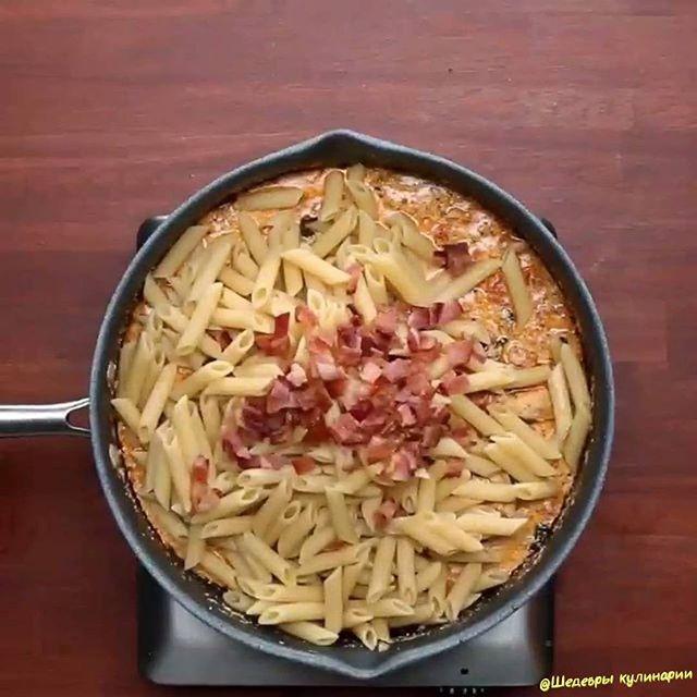 Пенне с курицей в сливочном соусе😋😋 ᅠ  Отмечайте друзей!😉  ᅠ  Video by @buzzfeedtasty  ᅠ  4 порции  ИНГРЕДИЕНТЫ  4 ломтика бекона  2 куриные грудки, нарезанные  Соль и перец по вкусу  2 чайные ложки итальянской приправы  1 чайная ложка паприки  2 зубчика чеснока, измельчить  2 чашки шпината  4 маленьких помидоры, нарезанные кубиками  1 ½ стакана сливок  1 стакан тертого пармезана  ½ чайной ложки красного перца хлопья  300 грамм пенне (перьев), приготовленных аль денте. Приятного…