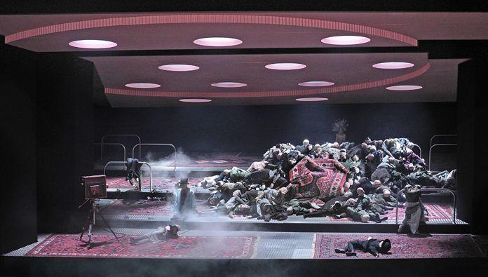 Moses und Aron (ArnoldSchönberg), Regie: Barrie Kosky, Bühnenbild und Licht: Klaus Grünberg, Kostüme: Klaus Bruns, Komische Oper Berlin, 2015