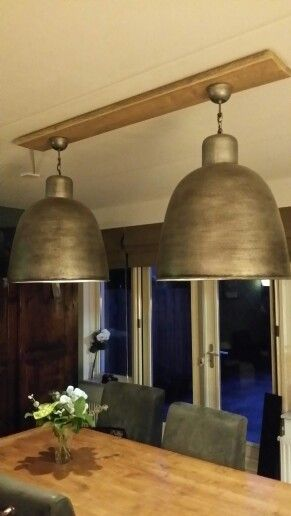2 lampen aan een steigerplank voor boven de eettafel.