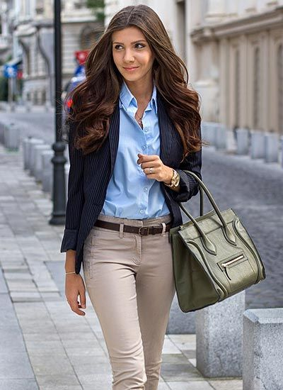 【オフィスカジュアルの鉄板♪】 清潔感のあるブルーシャツと、程よくカジュアルダウンできるベージュチノパンを合わせたコーディネート。  「スーツを着るほどカッチリしなくてもいい」そんな会社で働いている方がよく着こなしているコーデですね。  春や秋はスナップのようにジャケットを羽織ればOK、そんな着まわしやすさも◎です。