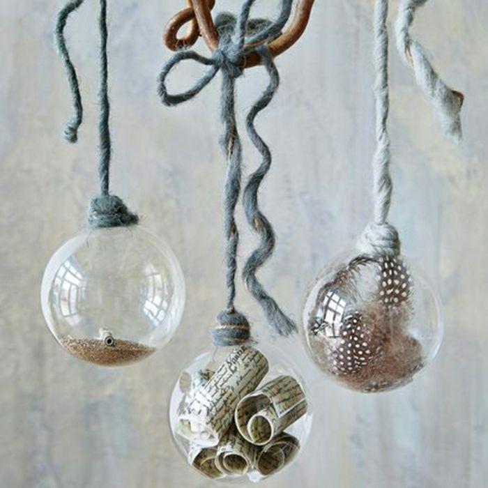 bolas de vidrio transparente con objetos dentro