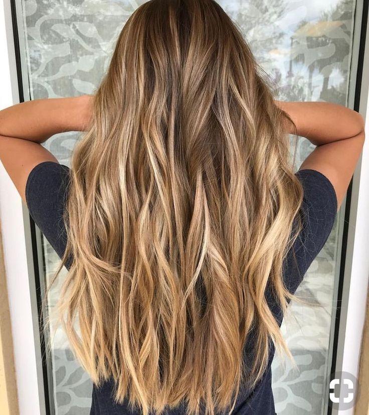 Hellbraunes Haar mit lockigen Locken