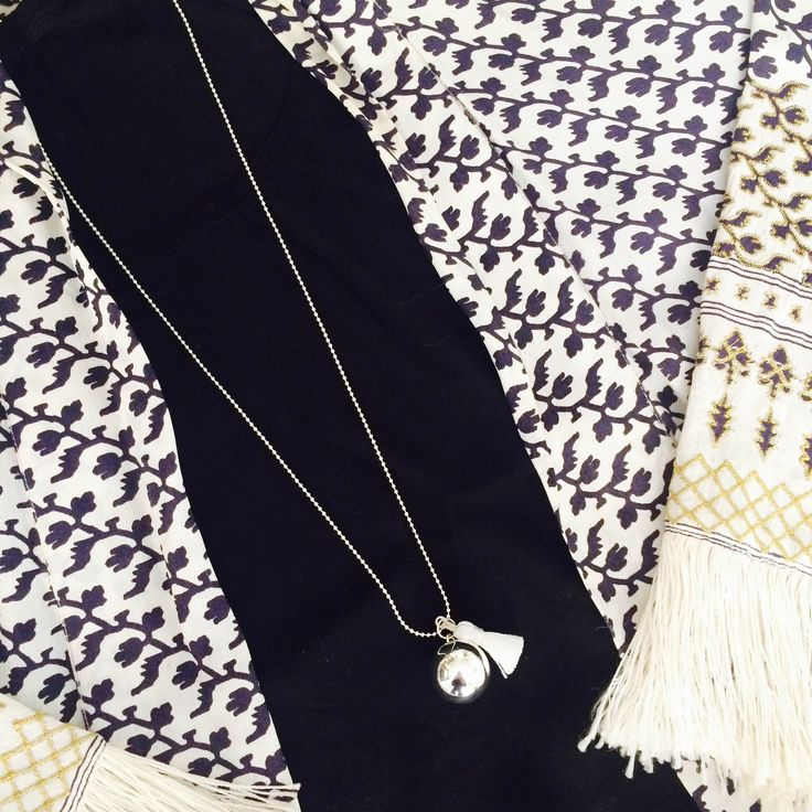 "Inspiration mode femmes enceintes: collier bola de grossesse ""Gypsy Mama"" en blanc The Good Karma Shop et gilet boho chic d'ete Zara #grossesse #bijouxdegrossesse #boladegrossesse #bolamexicain #futuremaman"
