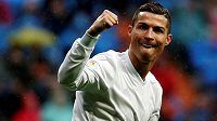 Cristiano Ronaldo z Realu Madrid oslavuje jednu ze svých dvou branek proti Gijónu.