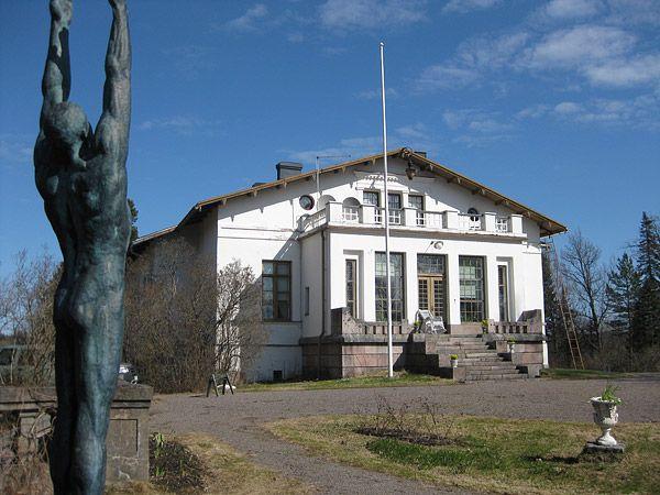 Oitbackan kartano/Oitbackagård, Kirkkonummi -Tila kuului aikoinaan Espoon kartanoon.Oitbackan suuruuden ja loiston päivät alkoivat vasta venäläisen konsuli ja kauppaneuvos Nikolai Kiseleffin hankkiessa paikan 1859 kesäasunnokseen.Hän oli helsinkiläinen arvostettu suurliikemies,joka kuului Helsingin kaupunginvaltuustoon ja toimi Svenska Teaternin teatterin johtajana noin 10 vuotta.Nikolai Kiseleff sai kauppaneuvoksen arvonimen vuonna 1876. Kuva www.oitbackagard.com