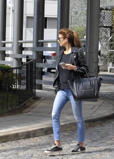Su look urbano es totalmente chic. Juliana es una de esas personas que logra estar elegante con un par de sneakers.Foto: Archivo Atlántida/Televisa