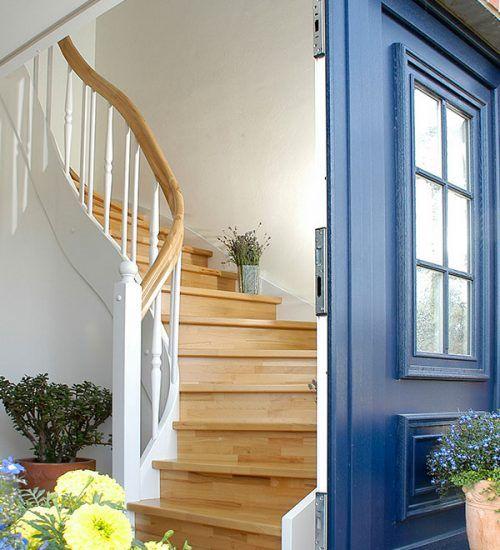 Bei dieser Holztreppe wird die Konstruktion über den Treppenhandlauf abgetragen. Die Handlaufhöhe beginnt bei 17 cm.