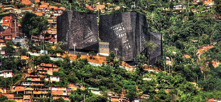 Un lugar emblemático es el Parque Biblioteca España, en los cerros nororientales de Medellín.