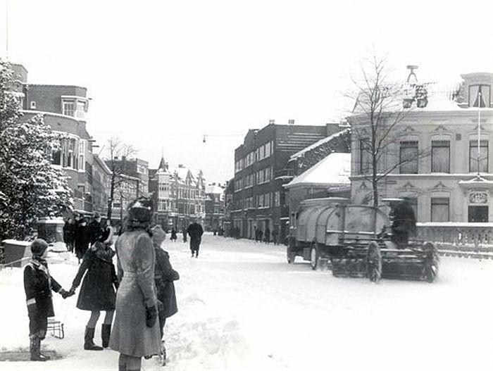 Oorlogswinter in Utrecht: 1942. De Lucasbrug. Een gemeentelijke strooiwagen rijdt de Nachtegaalstraat in (Foto Nico Jesse)