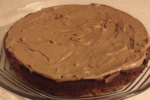 Este bolo, além de ser simples de confecionar, é delicioso. A base é uma mousse de chocolate que vai ao forno e transforma-se num bolo fofo