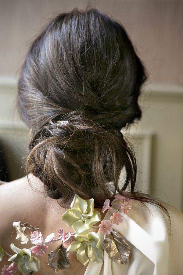 Detalle de flores de Tocados Le Touquet que da el toque de color a un vestido de novia {Foto, Mercedes Blanco}