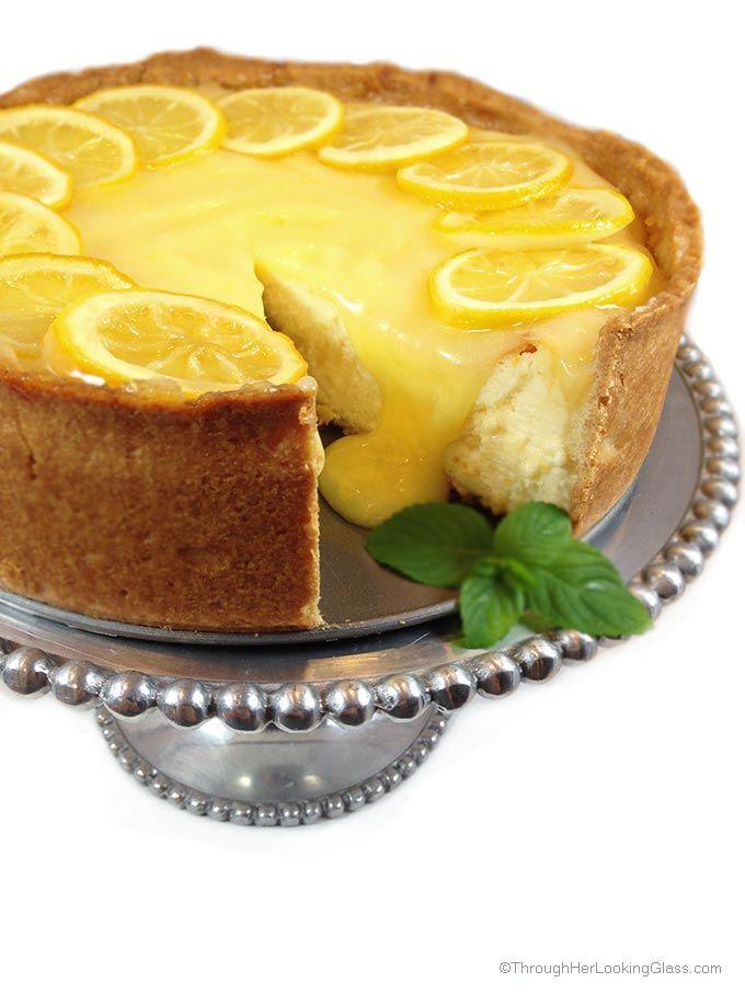 Limón barra de queso.  Deliciosamente dulce y crujiente corteza, pastel de queso cremoso y picante cuajada de limón casero.  Todo adornado con limones confitados tarta.
