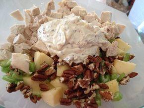 ENSALADA WALDORF, UN CLÁSICO - Trocitos de apio, manzana verde y nueces. El aderezo, mayonesa, aligerada con un poco de crema , sal y pimienta.