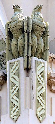 """Spanish Art Deco: Immeuble """"Cal Jorba"""", conçu par l'architecte Arnald CALVET en trois étapes: (1936, 1943 et 1952), l'un des rares exemples de l'Art Déco en Catalogne, teinté de modernisme par ses ornementations géométriques. Plaza de Santo Domingo, Manresa, Espagne. Photo: Arnim Schulz."""