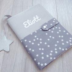 Protège carnet de santé gris perle et nuée d'étoiles blanches sur gris eliott