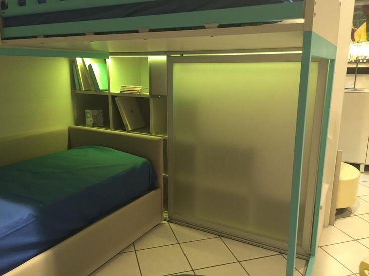 Cameretta Moretti Compact in finitura betulla   laccato grigio e turchese. Completa di  soppalco scala libreria , 2 ante scorrevoli metacril   barra led   armadio con cassetti. Escluso letto.