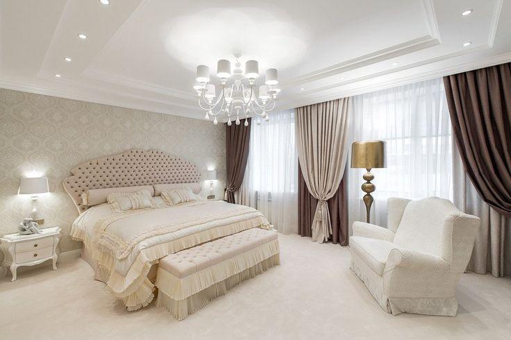 коричневые и бежевые шторы с бежевыми обоями в интерьере спальни