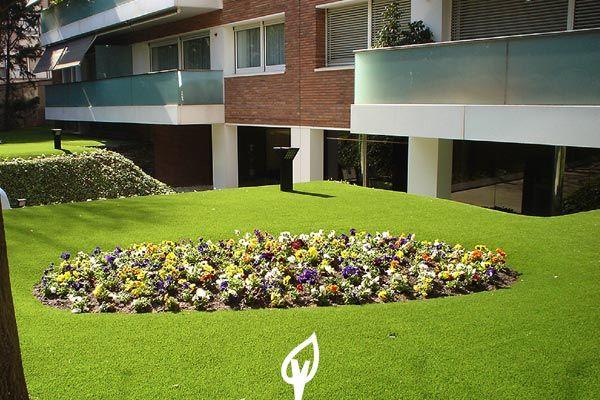 Césped artificial ideal para combinar con flores. #primavera #CespedArtificial