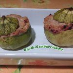 INGREDIENTI: 3 Zucchine tonde medie 1 scatola grande di tonno al naturale Parmigiano q.b Passata di pomodoro q.b Aglio Prezzemolo Pepe Olio extra vergine di oliva Sale PROCEDIMENTO: Lavare le zucchine e svuotarle con l'aiuto di un coltello, ricavando la polpa interna. Mettere in una ciotola la polpa,aggiungere tutti gli ingredienti ( passata di pomodoro, […]