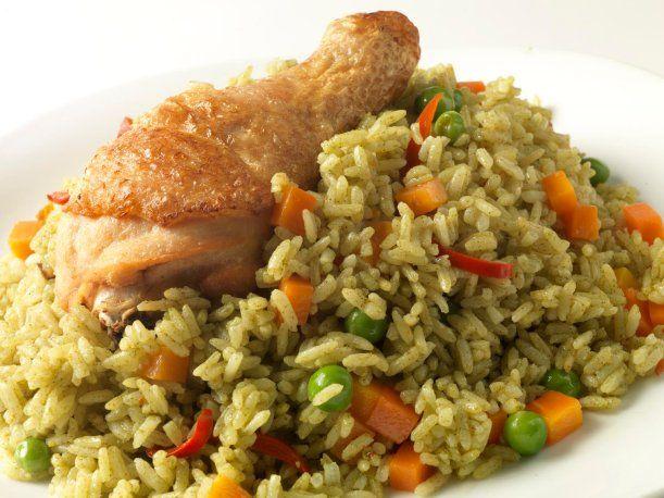 El arroz con pollo es una comida que diversos hogares peruanos suelen disfrutar acompañado con papa a la huancaína en algunas ocasiones.
