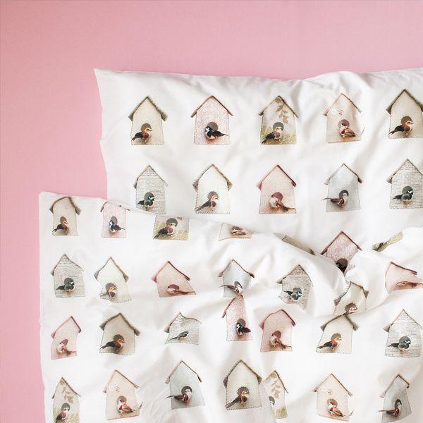 Vogelhuisjes dekbedovertrek - ledikant Studio Ditte Studio Ditte heeft nu ook dekbedovertrekken in ledikant maat voor de allerkleinste. Dit dekbedovertrek in junior maat met schattige vogelhuisjes geeft een fris lentegevoel op je bed. Het dekbedovertrek is geschikt voor dekbedden met een breedte van 100 cm en lengte van 135 cm. Aan de onderzijde van het overtrek zit een ritssluiting. De mooie print is haarscherp weergegeven op zacht wit katoen. Kruip er lekker onder en slaap zacht.