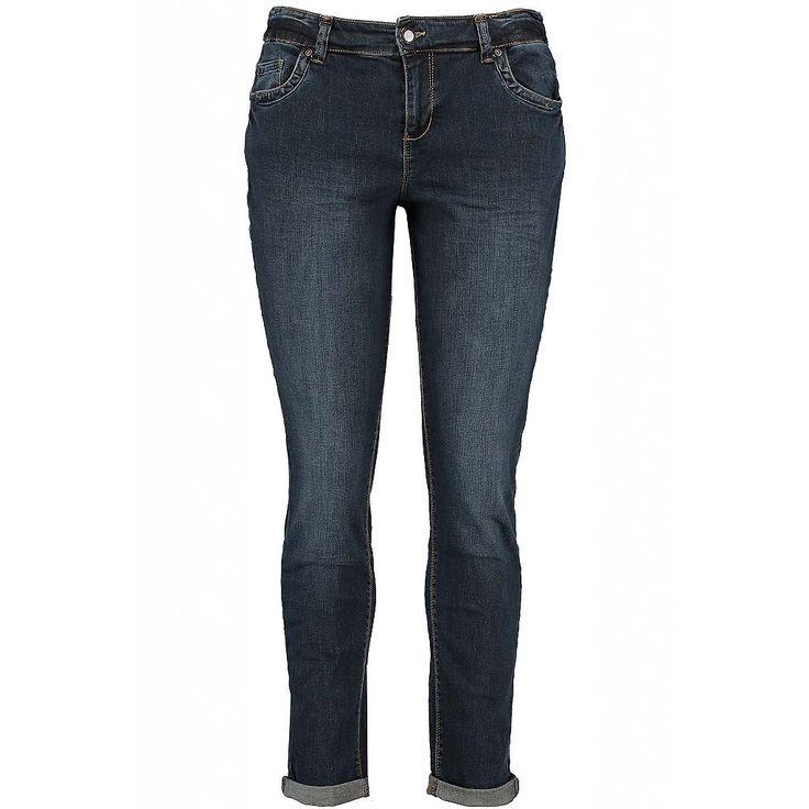 Aansluitende 5-pocket spijkerbroek is voorzien van riemlussen op  voor- en achterzijde. De jeans is afgewerkt met een lichte wassing  en drie sier studs op de achterzakken. Binnenbeen lengte: 81 cm in alle maten  Pasvorm: Slim fit Sluiting: Rits en knoopsluiting Wasvoorschrift: Machine wasbaar