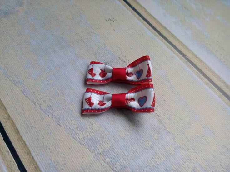 Dwie spineczki kokardki w świąteczne serduszka. Wym. ok 2,5 x 5,5cm, klips: pyk 4,5cm.