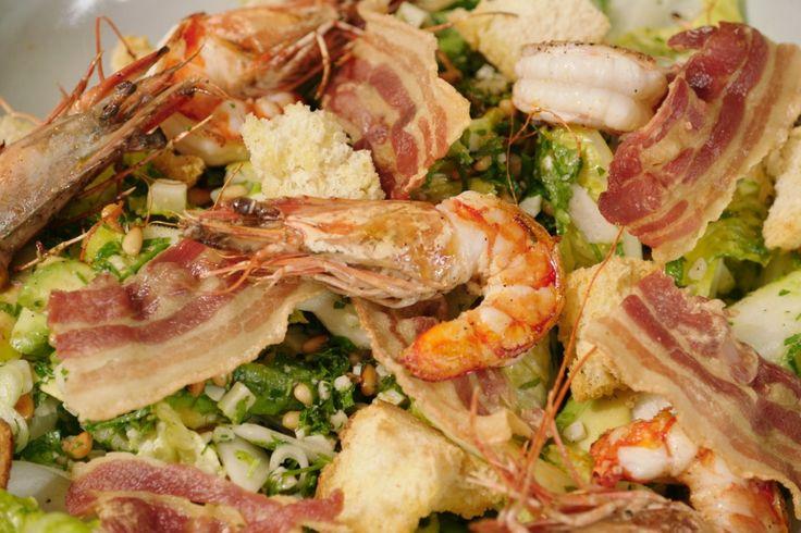 Een echte maaltijdsalade met topingrediënten als gamba's, avocado en witloof. We werken alles af met een frisse peterseliepesto.