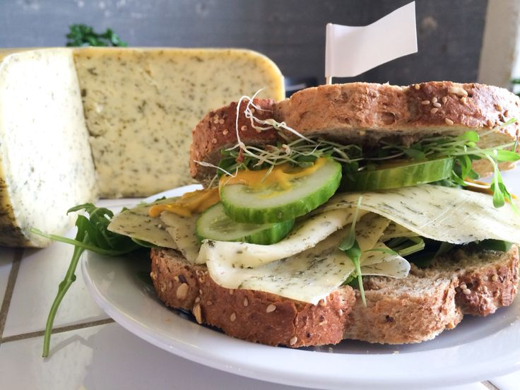 Onze speciale boterham al geproefd? Heerlijke tuinkruidenkaas van de #GenneperHoeve met komkommer, tuinkers & mosterd-agave dressing #onderdeleidingstraat #strijps