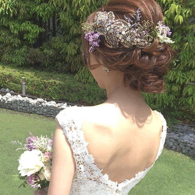 . . グランドハイアットにて結婚式のtomoさん♪ . #ジェニーパッカム のアクセサリーに、生花を。 . パープル系の草原のお花が、…