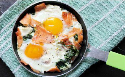 Αυγά στο φούρνο με σπανάκι και καπνιστό σολόμο