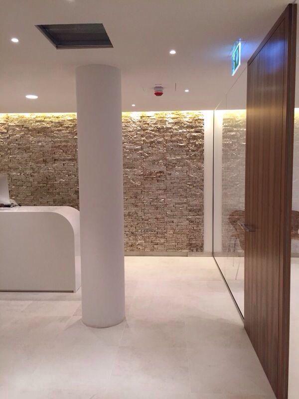 Tandartsenpraktijk met wand in muurstrips van Wave Living Laqué . Exclusief verkrijgbaar bij Nibo Stone Vianen en Venlo.