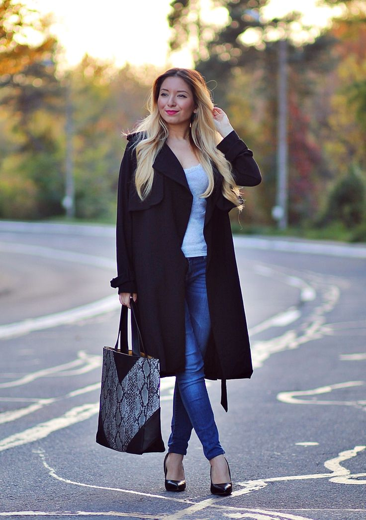Tinuta de toamna: pardesiu negru, top gri, geanta snake print, pantofi stiletto negrii - Blogger de moda Andreea Ristea