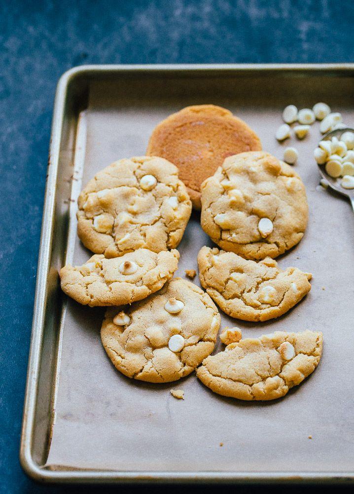 Zacht en taai witte chocolade brok macadamia noten cookies.  Kleine partij recept maakt 6 cookies
