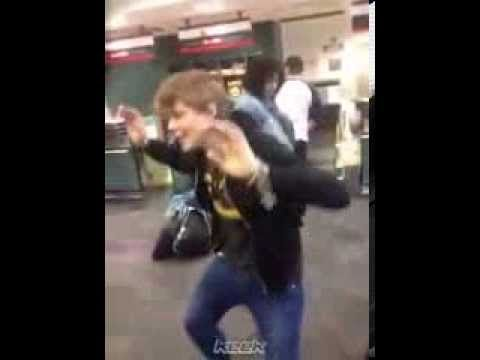 5 Seconds Of Summer - Keek - Ashton show us your mating call - YouTube<<<@✂️OhThere'sMyScissors✂️ YES