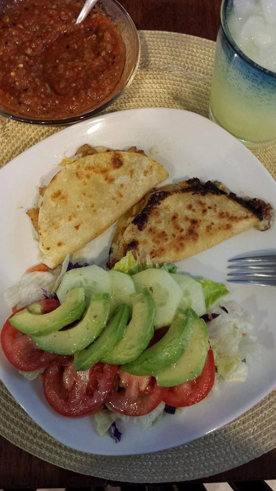 TACOS GOBERNADOR ESMERALDA ISLAS Ingredientes: Tortillas de maíz Queso rallado para quesadilla, del que gustes, yo uso Monterrey Jack Camarones pelados limpios y picados 2 cdas de mantequil…
