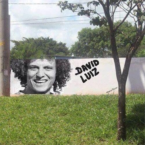 Brazylijczyk pasuje do rosnącego obok drzewa • David Luiz wpasował się w otoczenie muru • Artystyczny malunek z Luizem • Zobacz >>