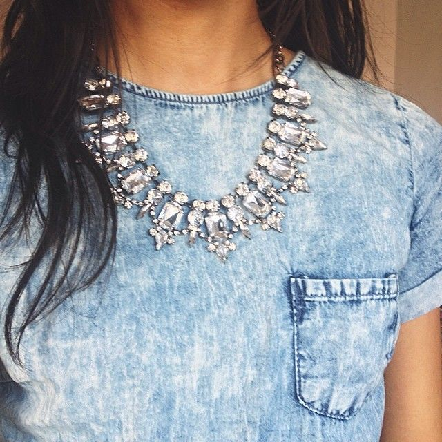 Stoer acid wash denim jurkje + That's Showy statment ketting! We love it. #statementketting #lanassieraden #sieraden