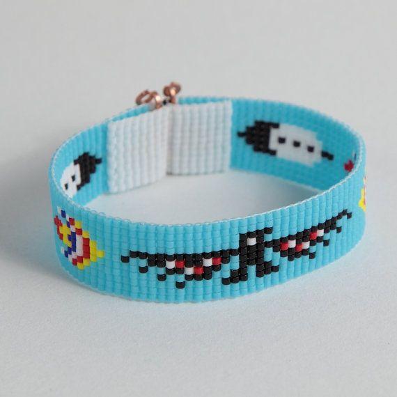 Ce bracelet de perle de Thunderbird à tisser a été inspiré par les beaux motifs Amérindiens, que je vois autour de moi ici à Albuquerque, Nouveau-Mexique. Comme pour toutes mes pièces, je lai ai créé sur un métier à tisser perles avec grand soin et souci du détail.  Remarque importante : S'il vous plaît mesurer votre poignet avant le placement de commande, pour assurer un ajustement adéquat. Ces bracelets ne sont pas réglables.  Les perles utilisées dans cette pièce sont mes préférés - verre…