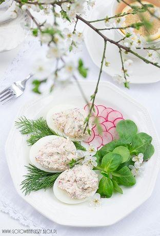 Jajka faszerowane serkiem mascarpone z rzodkiewką i koperkiem to moja dzisiejsza propozycja na wiosenne, weekendowe śniadanie. Jajka najlepiej ugotować dzień