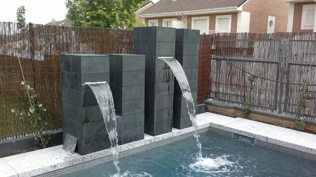 Cascada piscina accesorios pinterest for Cascadas artificiales de agua para piscinas
