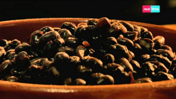 Cucina con Ramsay # 47: Fagioli neri speziati con Feta e Avocado Un cibo da strada messicano nella sua versione migliore, che dimostra come la carne non sia necessaria per preparare un piatto saporito. INGREDIENTI: 1 cipolla piccola, sbucciata e tritata finemente 1 cucchiaio di olio di oliva 1 peperoncino rosso, privato dei semi e tritato finemente 2 spicchi d...