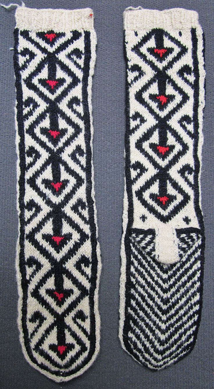 Traditional hand-knitted woollen stockings, for men.   Kurdish, from the Doğubayazıt district (Ağrı province).  Late 20th century.  (Inv.nr. çor010 - Kavak Costume Collection - Antwerpen/Belgium).