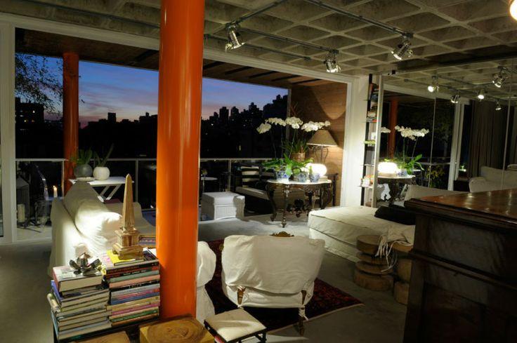 Com laje nervurada aparente e piso similar ao cimento queimado, projeto de interiores da designer Eda Fontoura integra visualmente todas as áreas do imóvel  :imagem 11