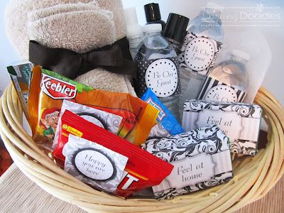 Guest Basket for when you have overnight guests: water bottles, granola bars, towel, washcloth, soap, hairspray, floss, and lotion.: Water Bottle, Gifts Ideas, Guest Gifts, Granola Bar, Darling Doodles, Gifts Baskets Ideas, Guest Baskets, Guest Rooms, Overnight Guest