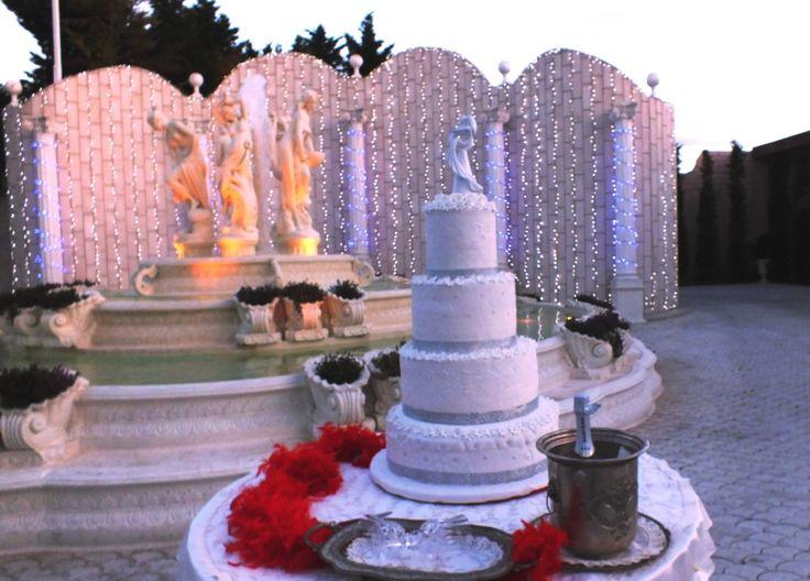 Torta matrimonio a quattro piani di forma circolare e di colore bianco