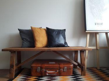 Klein houten bankje met oude look.